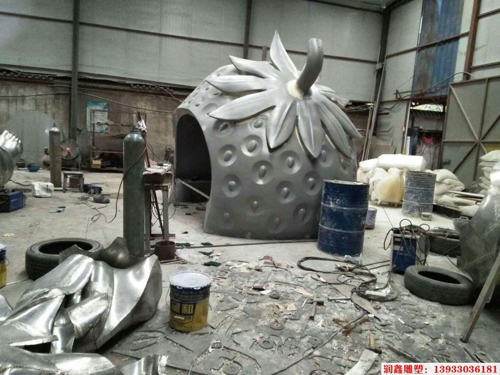 不锈钢草莓屋子雕塑